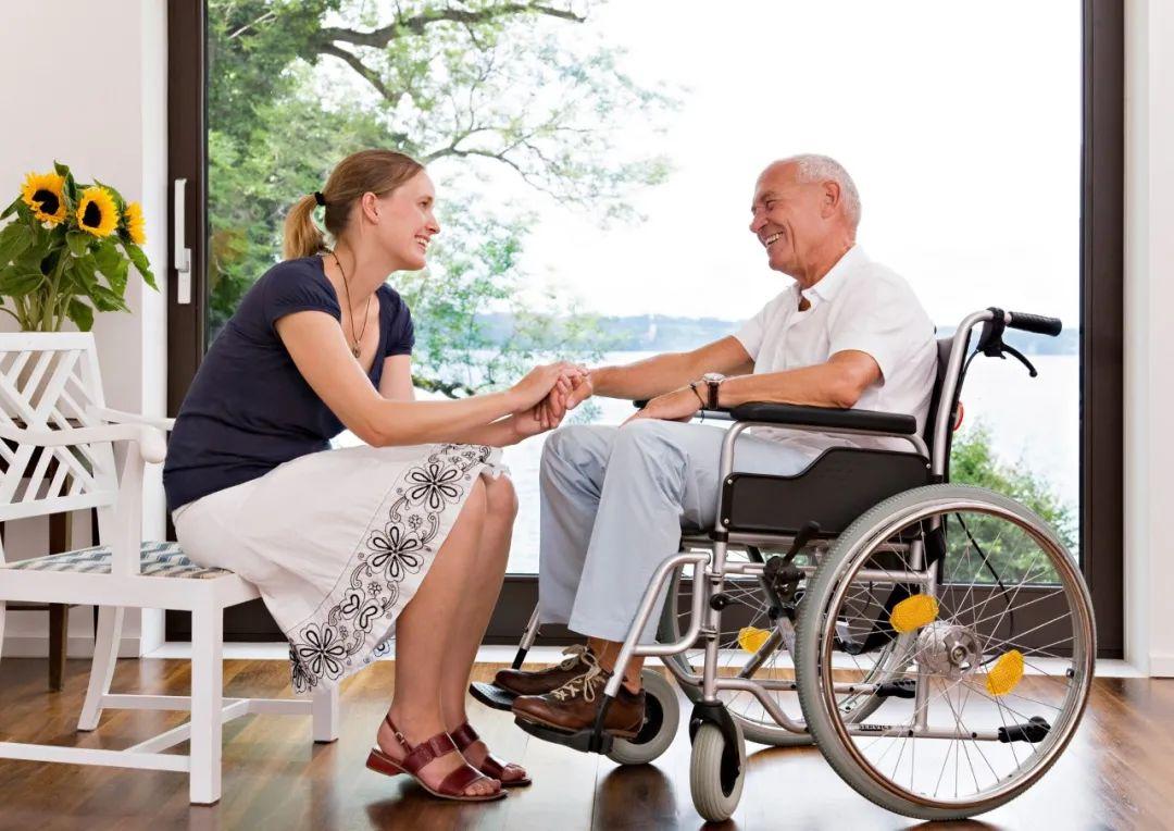 阿尔茨海默症患者家属亲述:她五年没冲过厕所,每天和我们吵架